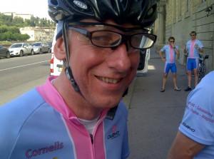 Cornelis past het vier-ogen principe toe, leesbril op fietsbril voor laatste blik op de kaart