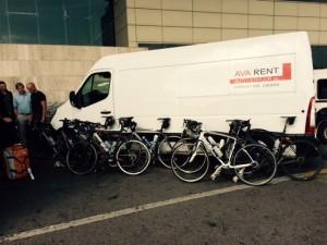 Mei 29, 2015 Bus, Bert en de fietsen op het vliegveld